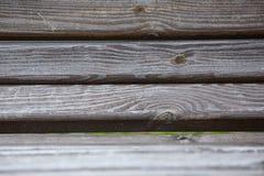 Φορεμένος και χαρασμένος ξύλινος πάγκος πάρκων, σύσταση υποβάθρου, οριζόντια στοκ εικόνα