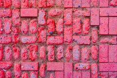 Φορεμένος περίπατος μονοπατιών κατασκευασμένος στο τούβλινο πάτωμα φραγμών επάνω από την άποψη Κόκκινο σχέδιο πατωμάτων κεραμιδιώ στοκ φωτογραφία με δικαίωμα ελεύθερης χρήσης