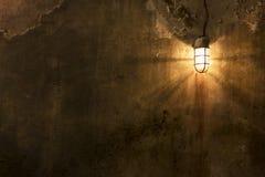 Φορεμένος τοίχος με το φως στοκ φωτογραφία με δικαίωμα ελεύθερης χρήσης