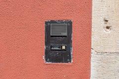 Φορεμένος doorbell με την ενδοσυνεννόηση σε έναν τοίχο σπιτιών Στοκ φωτογραφία με δικαίωμα ελεύθερης χρήσης