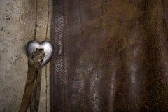 Φορεμένο δέρμα με μια πόρπη 2 καρδιών Στοκ Φωτογραφία
