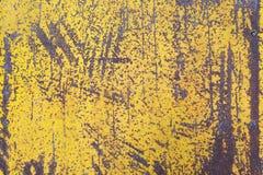 Φορεμένο κίτρινο χρώμα στη σύσταση φύλλων μετάλλων Στοκ Εικόνες