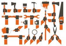 Φορημένα γάντια χέρια που κρατούν τα εργαλεία Στοκ εικόνα με δικαίωμα ελεύθερης χρήσης