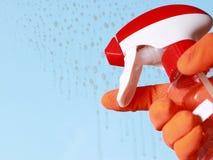 Φορημένοι γάντια κουρέλι και ψεκασμός παραθύρων χεριών καθαρίζοντας Στοκ Εικόνες