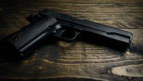 Φορημένος γάντια μαζεύει με το χέρι επάνω το πυροβόλο όπλο χεριών φιλμ μικρού μήκους
