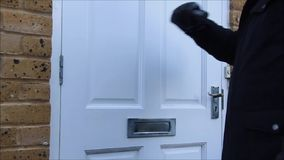 Φορημένο γάντια κτύπημα χεριών στην πόρτα απόθεμα βίντεο