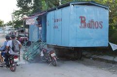 Φορητές δημόσιες τουαλέτες στις ρόδες στοκ φωτογραφία με δικαίωμα ελεύθερης χρήσης
