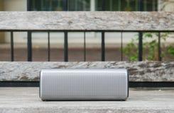 Φορητός ασύρματος ομιλητής bluetooth για τη μουσική που ακούει στον ξύλινο πάγκο στοκ εικόνες με δικαίωμα ελεύθερης χρήσης