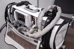 Φορητός εξαερισμός έκτακτης ανάγκης, θεραπεία οξυγόνου, υπομονετικό σύστημα παρακολούθησης με defibrillator στοκ φωτογραφίες με δικαίωμα ελεύθερης χρήσης