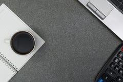 Φορητός προσωπικός υπολογιστής ή σημειωματάριο, υπολογιστής και φλιτζάνι του καφέ στο wor στοκ εικόνα με δικαίωμα ελεύθερης χρήσης