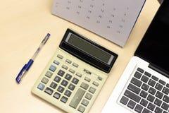 Φορητός προσωπικός υπολογιστής εργασιακών χώρων γραφείων γραφείων στοκ φωτογραφίες