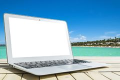 Φορητός προσωπικός υπολογιστής στον ξύλινο πίνακα Τοπ ωκεάνια άποψη νησί ανασκόπησης τροπικό Ανοικτό κενό κενό διάστημα φορητών π Στοκ Φωτογραφία