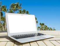 Φορητός προσωπικός υπολογιστής στον ξύλινο πίνακα Τοπ ωκεάνια άποψη νησί ανασκόπησης τροπικό Ανοικτό κενό κενό διάστημα φορητών π Στοκ Εικόνες