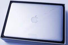 Φορητός προσωπικός υπολογιστής της Apple MacBook Pro που η πλαστική ταινία Στοκ φωτογραφία με δικαίωμα ελεύθερης χρήσης