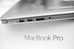 Φορητός προσωπικός υπολογιστής της Apple MacBook Pro που η πλαστική ταινία, Στοκ Εικόνα
