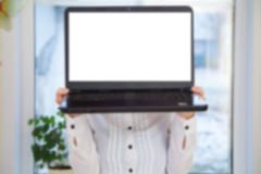 Φορητός προσωπικός υπολογιστής εκμετάλλευσης γυναικών Στοκ φωτογραφία με δικαίωμα ελεύθερης χρήσης