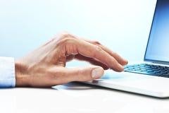 Φορητός προσωπικός υπολογιστής επιχειρησιακών χεριών Στοκ Εικόνες