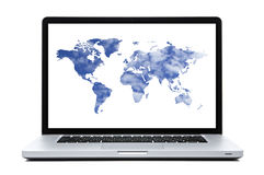 Φορητός προσωπικός υπολογιστής με τα παγκόσμια διαμορφωμένα χάρτης σύννεφα Στοκ φωτογραφία με δικαίωμα ελεύθερης χρήσης