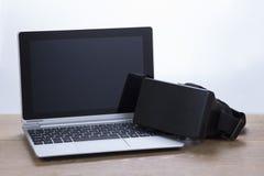 Φορητός προσωπικός υπολογιστής με τα τρισδιάστατα προστατευτικά δίοπτρα εικονικής πραγματικότητας Στοκ Εικόνες