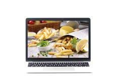 Φορητός προσωπικός υπολογιστής με τα τρόφιμα στην οθόνη Στοκ εικόνες με δικαίωμα ελεύθερης χρήσης