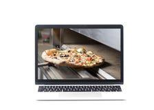 Φορητός προσωπικός υπολογιστής με την πίτσα στην οθόνη Στοκ φωτογραφίες με δικαίωμα ελεύθερης χρήσης