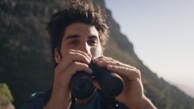 Φορητός πυροβολισμός κινηματογραφήσεων σε πρώτο πλάνο του οδοιπόρου που κοιτάζει μέσω των διοπτρών φιλμ μικρού μήκους