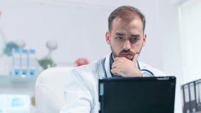 Φορητός πυροβολισμός του προσώπου γιατρών που εξετάζει το PC ταμπλετών απόθεμα βίντεο