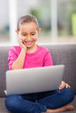 Φορητός υπολογιστής μικρών κοριτσιών Στοκ φωτογραφία με δικαίωμα ελεύθερης χρήσης
