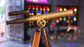 Φορητό τηλεσκόπιο στην κινηματογράφηση σε πρώτο πλάνο στάσεων απόθεμα βίντεο