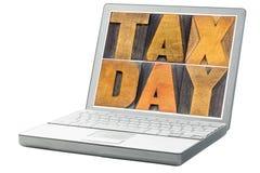 Φορολογική ημέρα στον εκλεκτής ποιότητας ξύλινο τύπο στοκ εικόνες με δικαίωμα ελεύθερης χρήσης