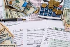 Φορολογικοί μορφή, χρήματα, υπολογιστής και μάνδρα αρχειοθέτησης Στοκ Φωτογραφία
