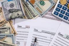 Φορολογικοί μορφή, χρήματα, υπολογιστής και μάνδρα αρχειοθέτησης Στοκ Εικόνες