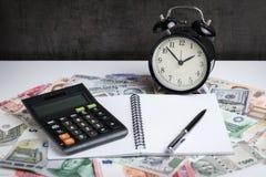 Φορολογικός χρόνος ή έννοια συναλλάγματος, εκλεκτική εστίαση στο συναγερμό γ Στοκ Εικόνες