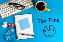 Φορολογικός χρόνος - ανακοίνωση της ανάγκης να αρχειοθετηθούν οι φορολογικές επιστροφές, φορολογική μορφή στο accauntant εργασιακ Στοκ φωτογραφίες με δικαίωμα ελεύθερης χρήσης