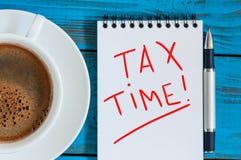 φορολογικός χρόνος Εργασιακός χώρος με την ανακοίνωση για τους φόρους και το φλυτζάνι καφέ πρωινού Στοκ φωτογραφία με δικαίωμα ελεύθερης χρήσης