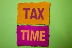 Φορολογικός χρόνος κειμένων γραφής Η έννοια που σημαίνει τη χρηματοδότηση φορολογικής προθεσμίας πληρώνει το εισοδηματικό εισόδημ Στοκ φωτογραφίες με δικαίωμα ελεύθερης χρήσης