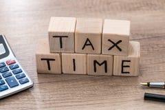 Φορολογικός χρόνος με τους ξύλινους κύβους Στοκ φωτογραφία με δικαίωμα ελεύθερης χρήσης