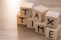 Φορολογικός χρόνος με τους ξύλινους κύβους Στοκ Εικόνα