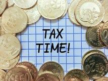 Φορολογικός χρόνος, χρυσό νόμισμα πέρα από το έγγραφο πλέγματος Στοκ Φωτογραφία