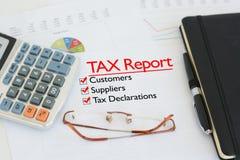 Φορολογική έκθεση σχετικά με ένα γραφείο με τον κρότωνα ενάντια στους πελάτες, τους προμηθευτές και τις φορολογικές δηλώσεις Στοκ εικόνες με δικαίωμα ελεύθερης χρήσης