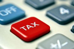 Φορολογικός υπολογιστής με το κόκκινο κουμπί Στοκ φωτογραφία με δικαίωμα ελεύθερης χρήσης