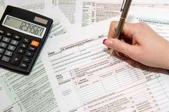 Φορολογούμενος που γεμίζει τη μορφή 1040 αμερικανικού φόρου Στοκ φωτογραφία με δικαίωμα ελεύθερης χρήσης