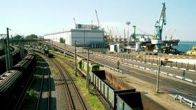 Φορτίο τραίνων, σιδηρόδρομος φορτίου και θαλάσσιος λιμένας απόθεμα βίντεο
