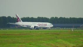 Φορτίο Boeing 777 του Κατάρ που μετακινείται με ταξί φιλμ μικρού μήκους