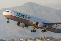 Φορτίο Boeing MasAir 767 αεροσκάφη ναυλωτών που απογειώνονται από το διεθνή αερολιμένα του Λος Άντζελες στοκ εικόνες