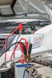 Φορτίστε μια νεκρή μπαταρία αυτοκινήτων Στοκ Φωτογραφία