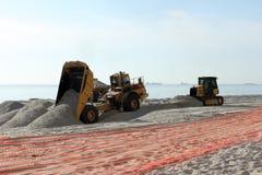 Φορτηγά απορρίψεων που ξαναγεμίζουν την άμμο παραλιών στοκ εικόνες