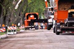 Φορτηγά και εργαζόμενοι υπηρεσιών στη κατοικήσιμη περιοχή Αφαίρεση δέντρων Στοκ Φωτογραφίες