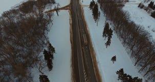 Φορτηγά και οδήγηση αυτοκινήτων στη χειμερινή εθνική οδό εναέρια όψη απόθεμα βίντεο