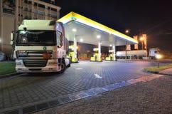 Φορτηγά με τη δεξαμενή βενζίνης στο βενζινάδικο στοκ εικόνα